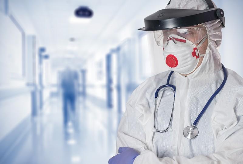 lekarz w maseczce